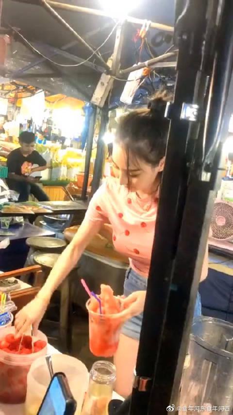 泰国网红西施做的果汁,好喝不好喝没注意……
