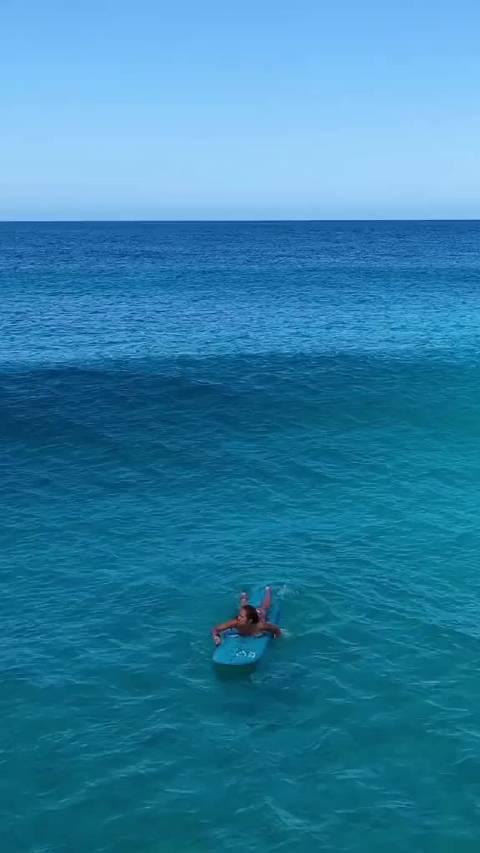 冲浪🏄 划水时的身体姿势 在冲浪板上……