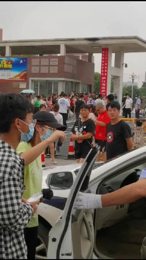 好心群众捡到一张准考证交给正在执勤的交通民警……