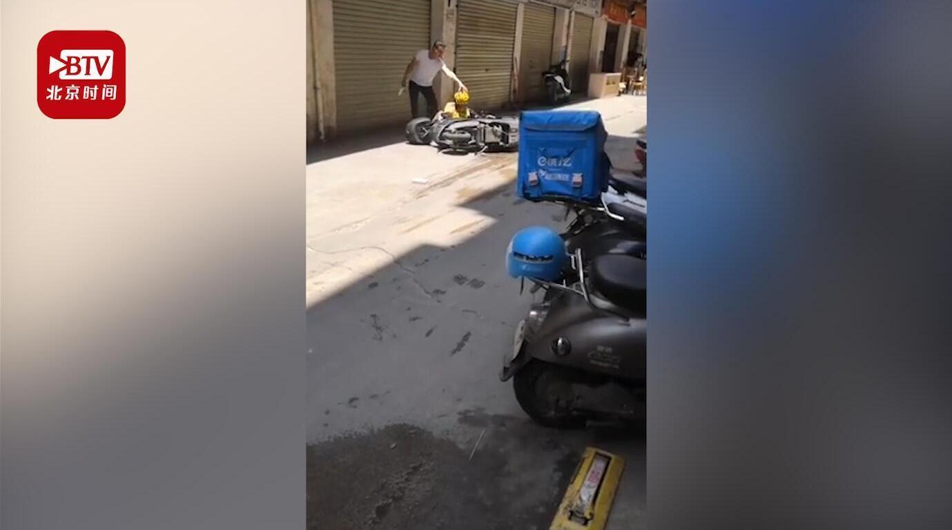 南宁一男子当街砍伤外卖小哥警方:嫌疑人已到案