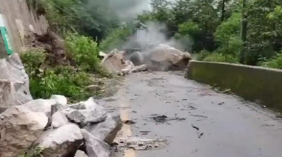 国道318线波密段一桥梁被泥石流冲毁 预计7月17日车辆可通行