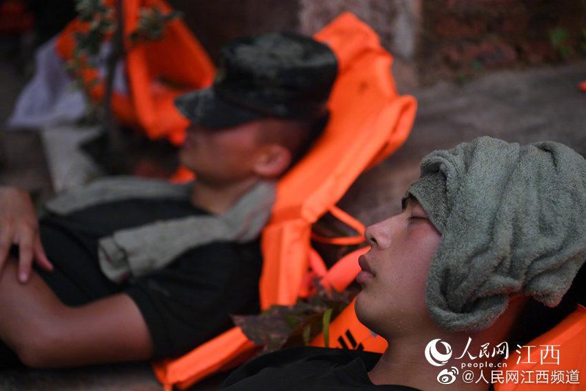 奋战6昼夜武警战士午休睡姿令人心疼