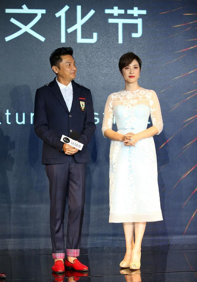 陈法蓉携85岁老父亲出游,薄纱T恤打扮休闲,孝顺的女人是最美的