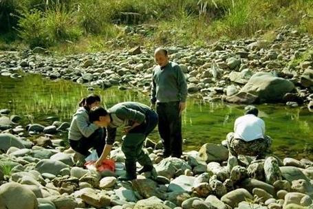 女大学生每天捡石头,村民都说她傻,看到她加工的石头后让人赞叹