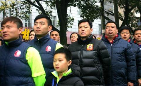 17岁退役当警察的武汉名帅,为重庆带来高峰、彭伟国等顶级国脚