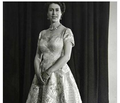 英国女王早年惊艳照一身戎装英姿飒爽,与妹妹相比更高贵!