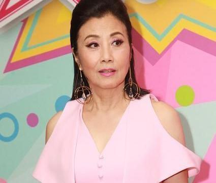72岁汪明荃比年轻时更有气场,穿粉色套装亮相,老的真实反而更美