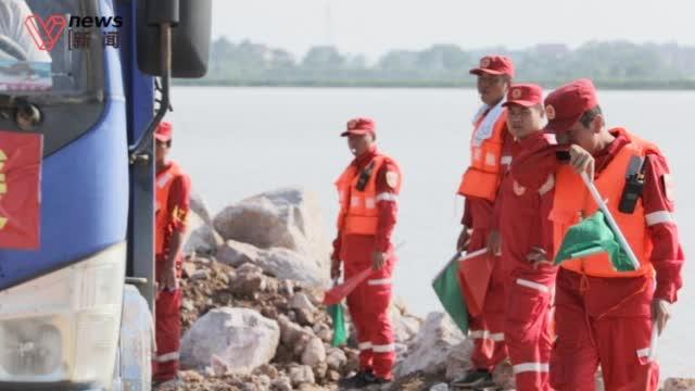 直击鄱阳湖决口抢险 :救援队酷暑中作业,最大困难是运输不畅