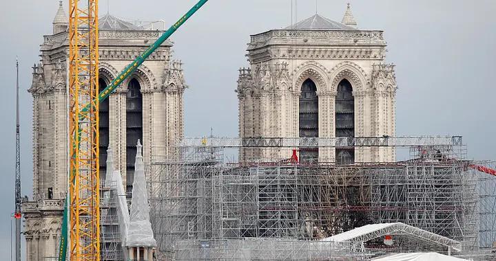 法国:工人拆除巴黎圣母院屋顶旧脚手架