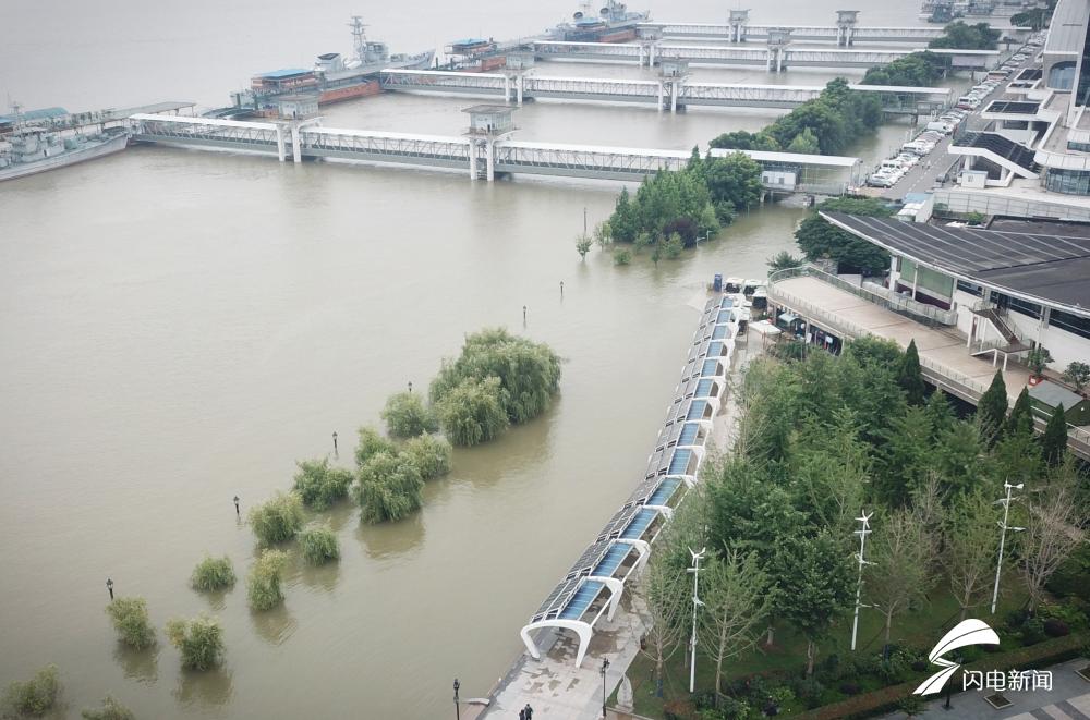影像力丨闪电新闻记者现场直击全面过水行洪的武汉市汉口江滩公园