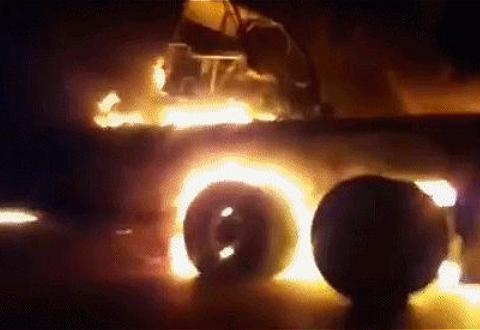 驻伊美军后勤补给被切断,地方武装拦下美运输队,一把火烧个精光
