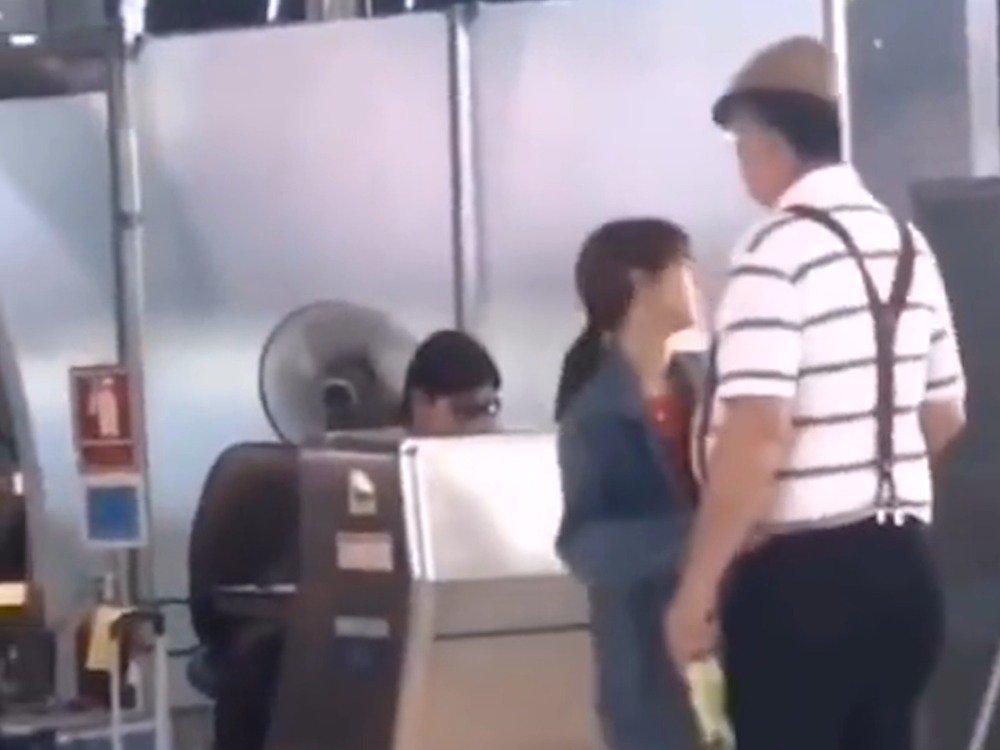 Lisa和爸爸拥抱,每个女孩子在爸爸面前都会变得柔软吧