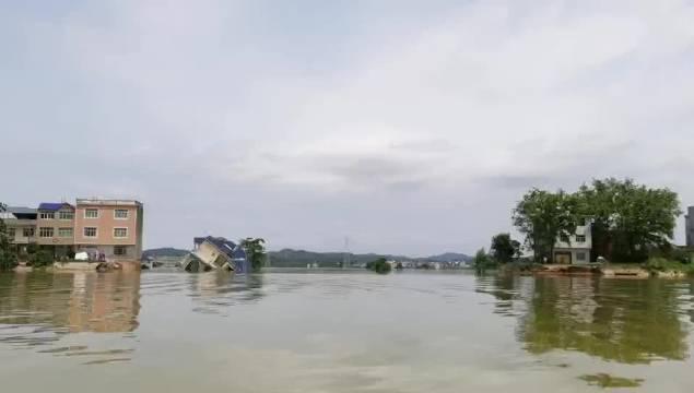 现场视频!洪水来袭房屋轰然倒下,救援不会停歇