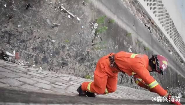 嘉兴 男子不慎海边坠堤 消防紧急救援