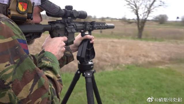 AR-15突击步枪,配备了瞄准镜与消音器,射击200米目标物……
