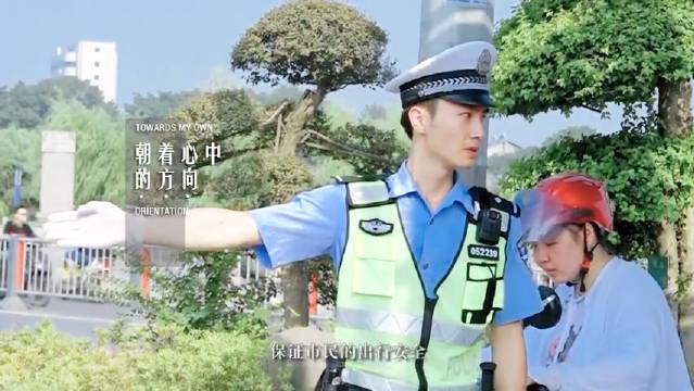 这位@荆州公安 交警小哥哥的颜值和@UNIQ-王一博 有一拼 哈……