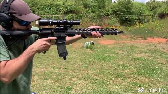 黑色突击步枪靶场战术射击测试,老外手速挺快,他应该经常练!