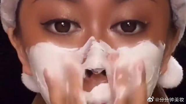 非洲黑妹卸妆前和卸妆后,没想到居然是亚洲妹子