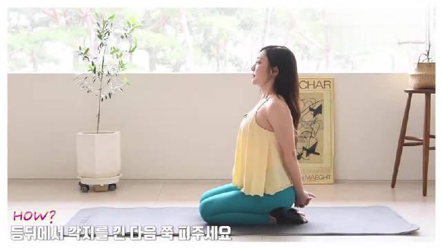 瑜伽练习腿部力量很重要,这个动作,加强双腿力量,拉伸腰背