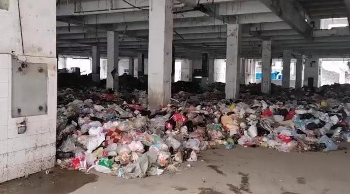 武汉一小区楼下垃圾堆成山逾半月:恶臭漫天……