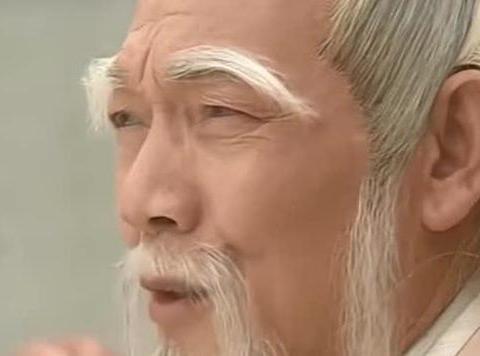 老头与白眉鹰王比试,不料老头耍出一套新招式,鹰王直接被打退