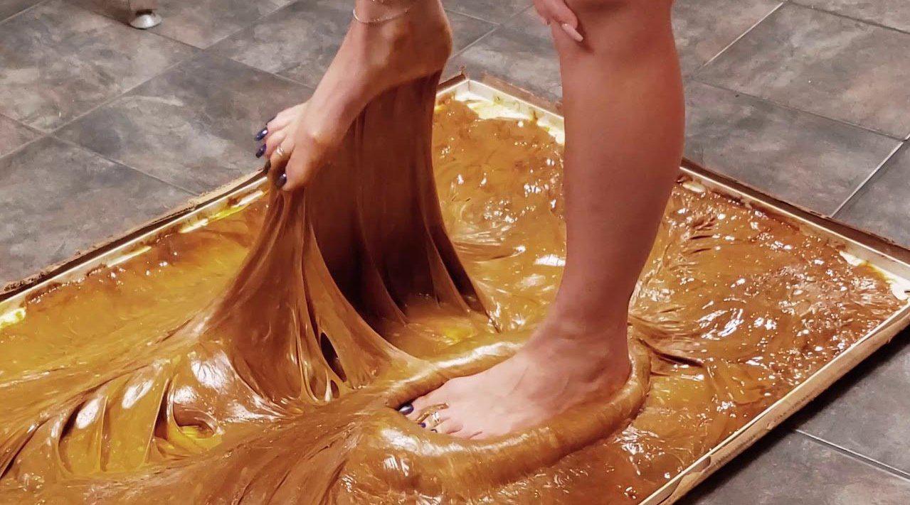 世界最强胶水的粘性有多强?美女挑战光脚踩上去,下一秒立马后悔