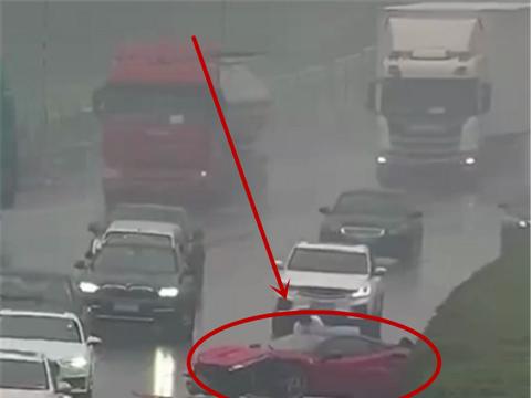 法拉利488被暴力驾驶,整车撞护栏,车损7位数,过往车辆纷纷避让