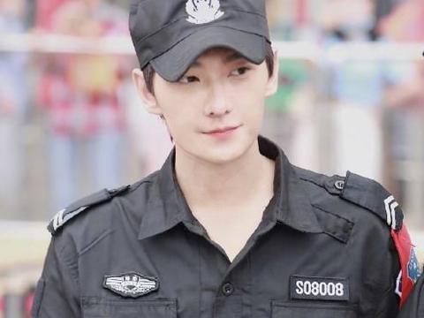 杨洋活动生图被疯传,当他和真保安同框时,才知他的气质有多出众