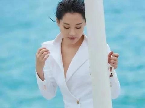 """51岁许晴才是""""扮嫩一姐""""!穿纯白色西服裙真空上阵,以为她21岁"""