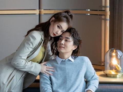 戚薇李承炫夫妻合照,戚薇穿灰色西服、老公穿灰色针织衫,情侣搭