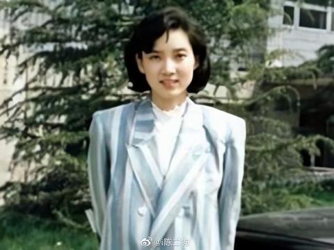 新闻联播主持人李修平年轻时美照,温婉大气、端庄自持,穿搭很棒