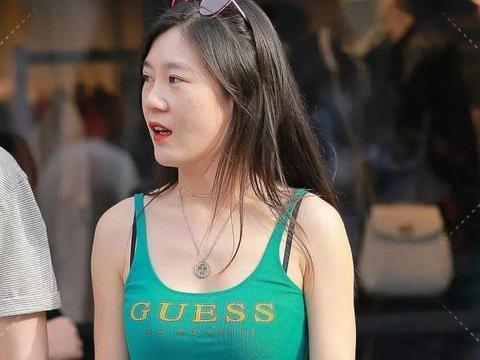 街拍美女:时尚的背心配超短牛仔裤大姐姐