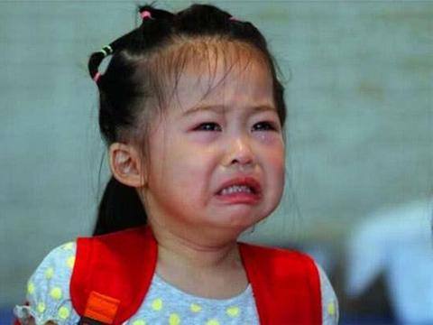 3岁女孩放学后一直没家长接,老师打开书包一愣,无奈选择报警