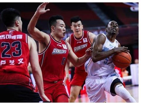 深圳队本赛季战绩不佳,更凸显于德豪的能力,还有杜锋指导的眼光