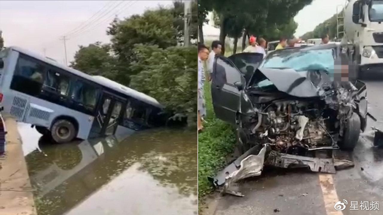 1死4伤!江苏一载12人公交车与小车相撞,公交坠入泄洪渠