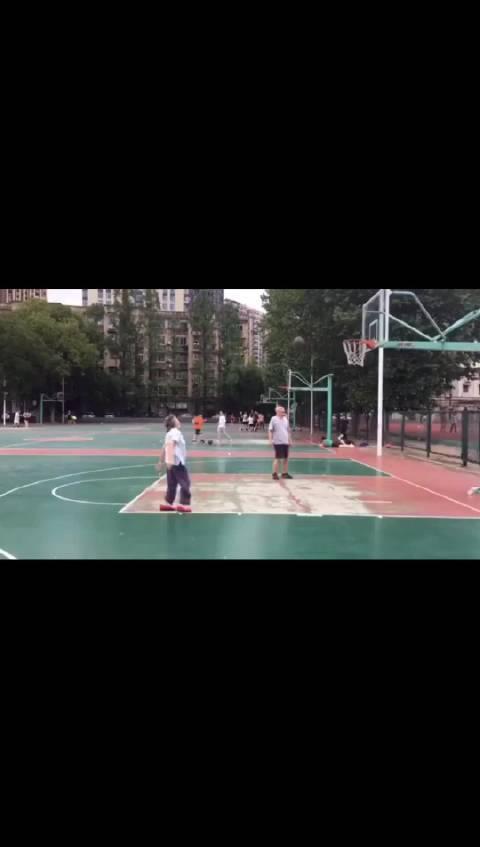 我能想到最浪漫的事, 就是在篮球场和你一起慢慢变老