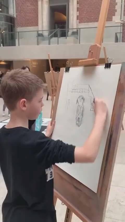 小男孩画的挺认真,就是不知道大姐看到画后啥想法
