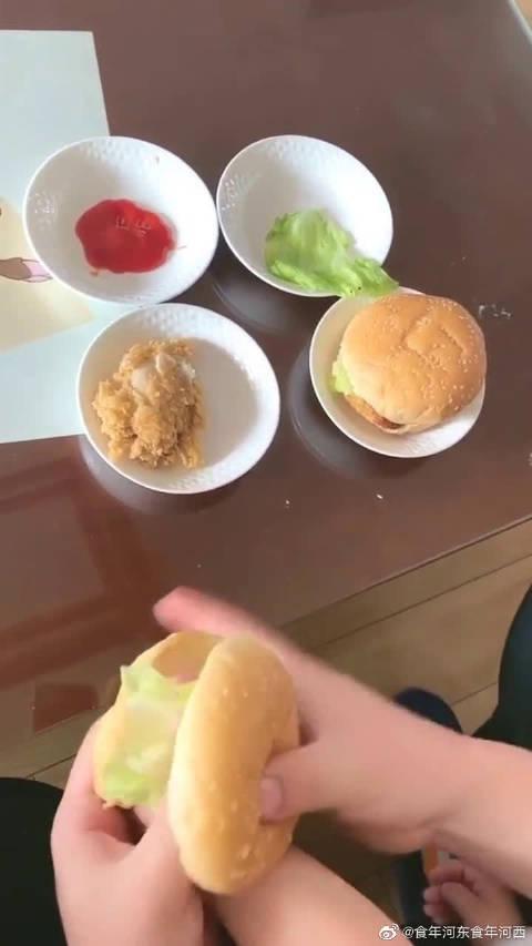 自创了一款汉堡,里边加的是会动的猪蹄子……