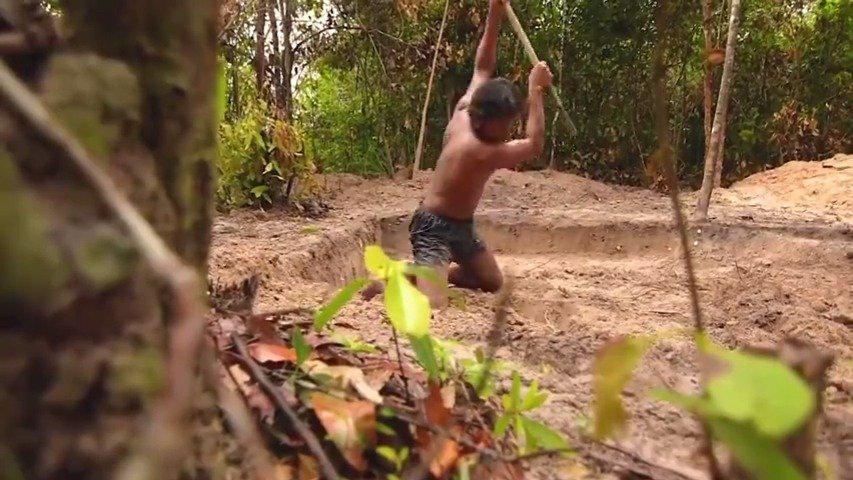 这位大哥在丛林里生活了72天,自己动手挖了一套房子,对……