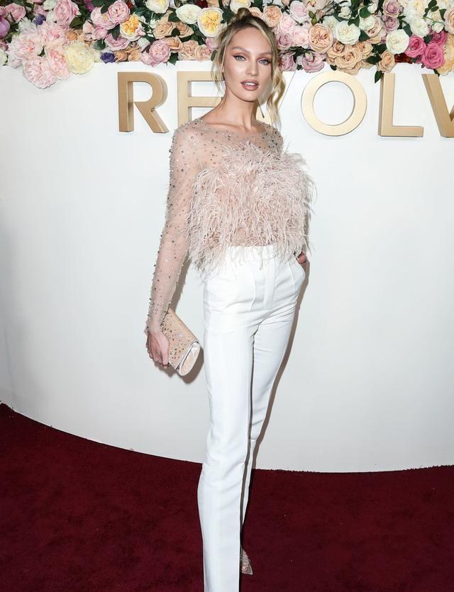 维密天使坎蒂丝太有范儿,印花衬衫配高腰裤,生俩娃身材还这么好