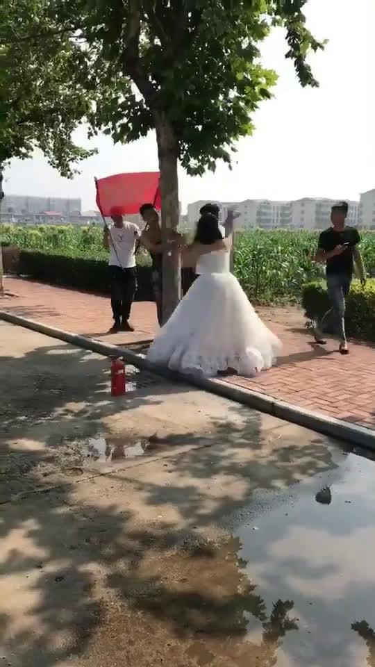 为抵制不良婚闹,新娘在婚礼上发飙解救丈夫于水火之中!