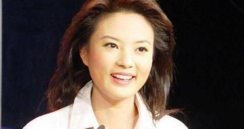 前央视主持人刘芳菲很少露面,皮肤光滑白皙,43岁仍未婚无子