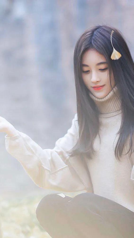 鞠婧祎交叉上衣搭配高腰裤,完美秀出香肩小蛮腰,粉丝望洋兴叹!