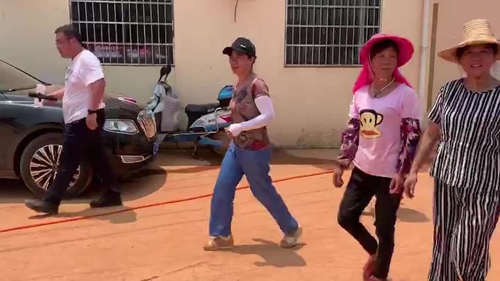 海报直击丨广场舞阿姨上抗洪一线装沙袋、做后勤 网友:乘风破浪的姐姐