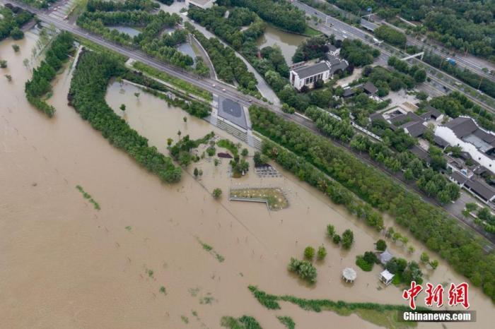 7月12日,航拍长江南京段岸线,水位持续上涨。当日,南京市水务局发布的信息显示,7月12日15时,长江南京站最高水位达到10.02米,超警戒1.32米,列历史第三,仅次于1954年(10.22米),1998年(10.14米)。 中新社记者 泱波 摄