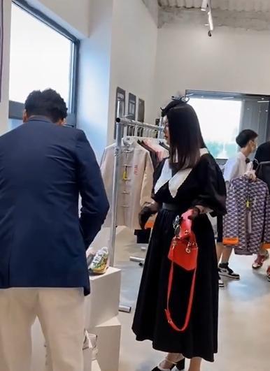 王岳伦购物要看李湘眼色,靠老婆买单没话语权?夫妻俩品味太独特