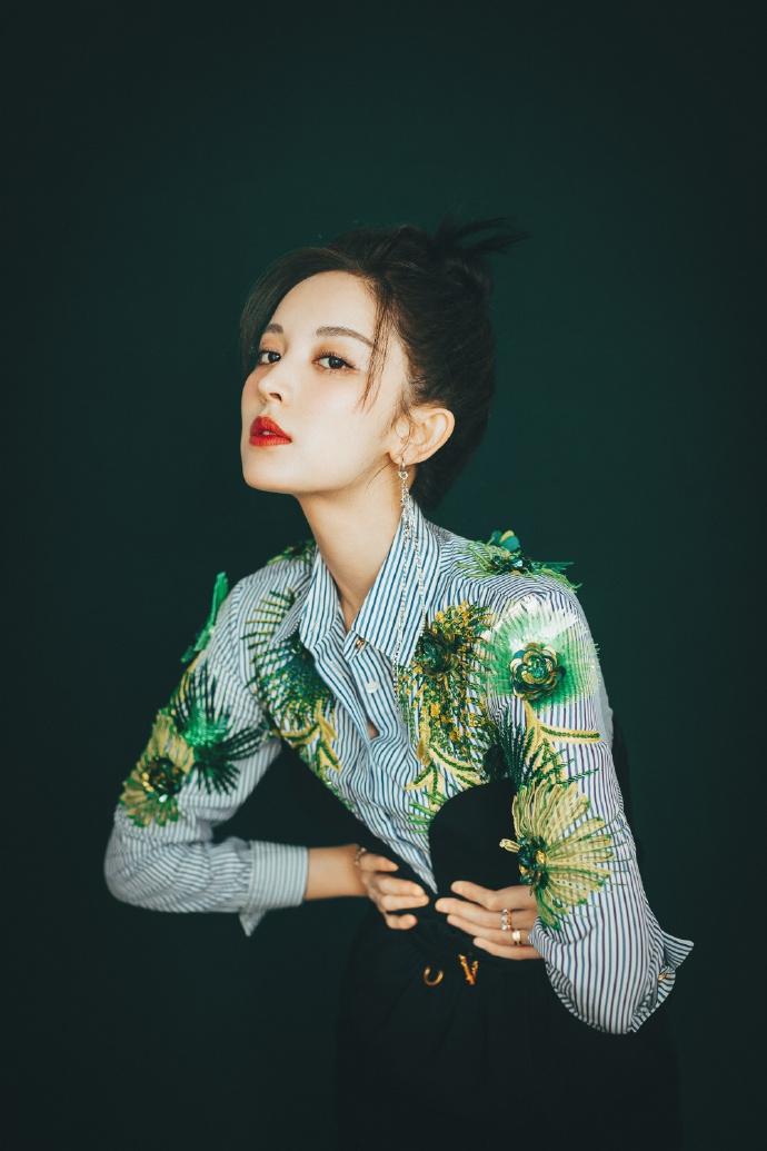 娜扎挑战森系初夏穿搭 绿色刺绣条纹衫搭连衣裙精致清新