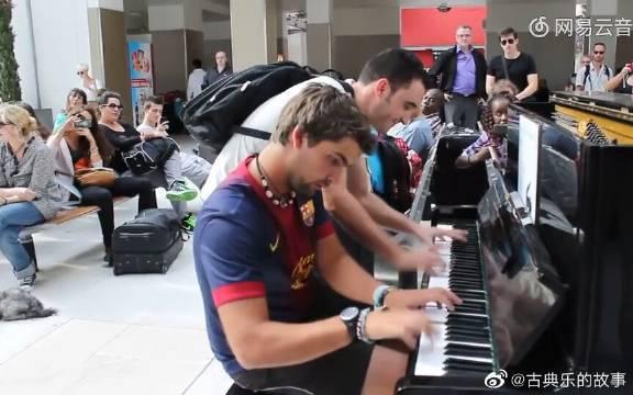 巴黎火车站小哥弹奏钢琴,谁想竟遇到知音!