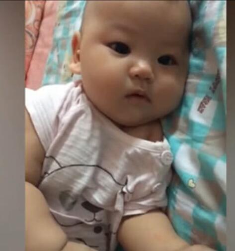 宝宝半夜不睡觉调皮,妈妈刚说揍他,接下来宝宝的反应妈妈笑哭了