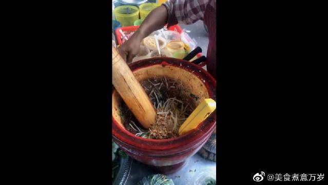 缅甸街头的木瓜丝,据说女生吃了有十全大补的功效,咱也不敢问啊